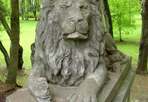 Luke Manor and Manor Park, lion sculpture