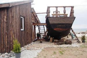 Kaptenimaja ja laevasaun mere ääres