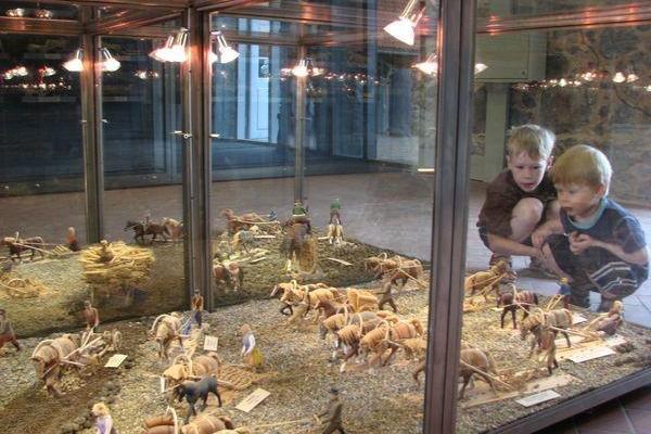 Permanent utställning av Voldemar Luhts trähästar i Olustvere herrgård