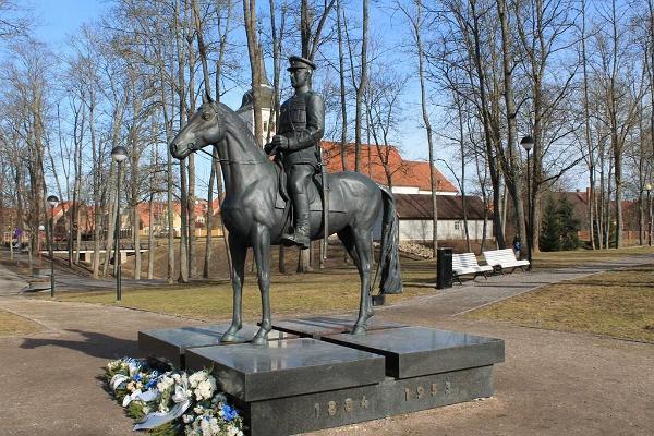 Ryttarstaty av general Johan Laidoner