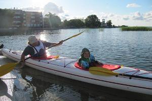 Familientour mit Kajaks auf der Bucht von Haapsalu