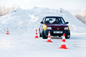 Slaloma brauciens ar triku auto parkā LaitseRallyPark