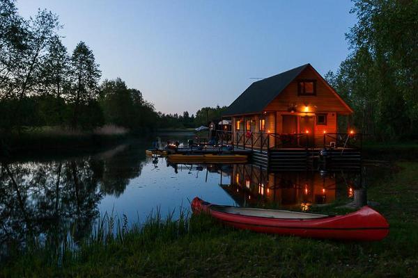 Juhlat ja koulutus pienessä lauttatalossa Vigalan joella