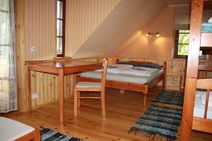 Magamistoa puidust mööbel ja viimistlus. Uks rõdule.