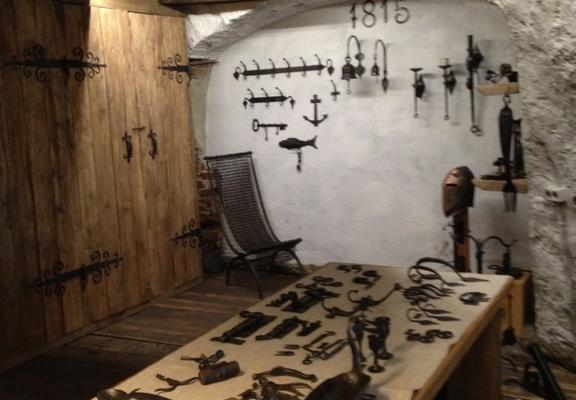 Hantverksbutik i Puraviku smedjans väderkvarn