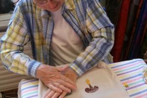 Käsin painetun kauppakassin tai T-paidan koristelu ENE 7 ASJA -kodass Maarja-Magdaleenan killassa