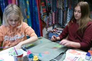 Decorating a shopping bag or a T-shirt in hand print in ENE