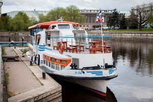 """Fahrt mit dem Schiff """"Pegasus"""" auf dem Fluss Emajõgi"""