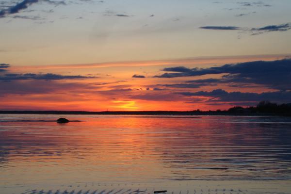 Loma purjeiden alla Pärnunlahdella