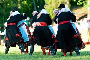 Miehet kansallispuvuissa tanssimassa