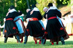 Vīri dejo tautastērpos