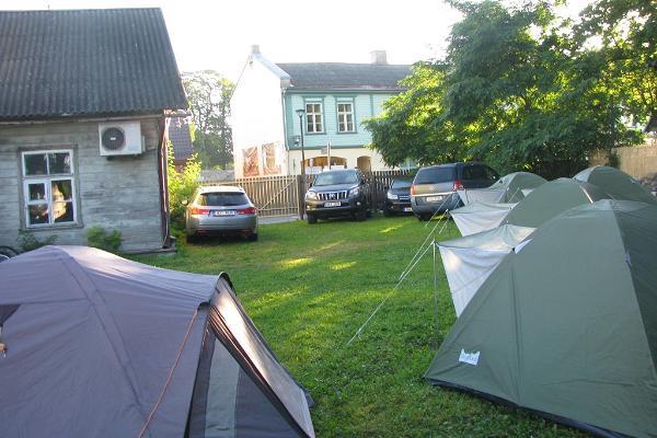 Zeltplatz und Zimmer des Karja Campingplatzes