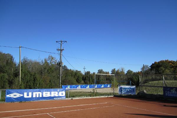 Pivarootsi Tuulik (Pivarootsi Windmühle), der Tennisplatz