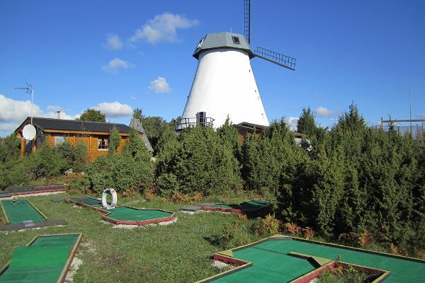 Pivarootsi Tuulik (dt. Windmühle von Pivarootsi) - Sportplätze