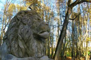 Мыза Луке и скульптура в виде льва в мызном парке