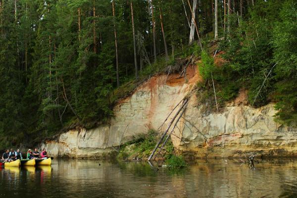 En romantisk kanotflottesutflykt i Taevaskoja med facklor