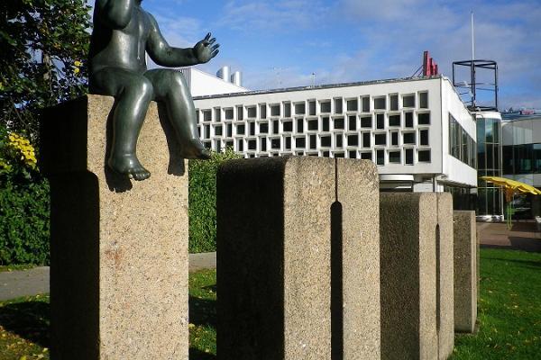 Skulptursamling för att fira födelsen av den hundratusende Tartubon