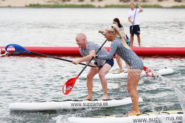 Jätteroligt SUP polo spel i Pärnu Vallikäär