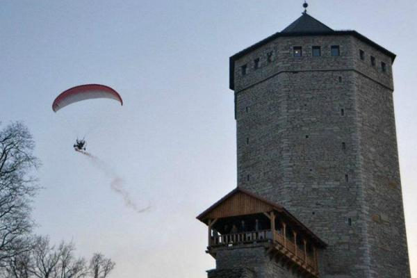 Wallturm in Paide und die Trümmer vom Ordensburg auf dem Berg Vallimägi (Wallberg).