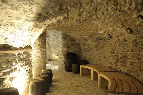 Sagadin kartanon jääkellarin sauna