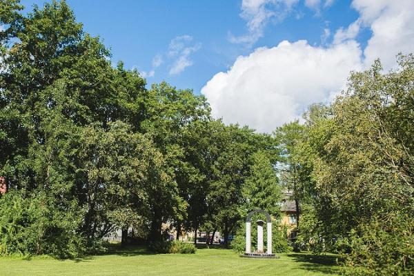 Памятный знак и парк Бетти Алвер