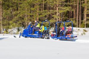 Izpriecu braucieni ar sniega motociklu Kervemā
