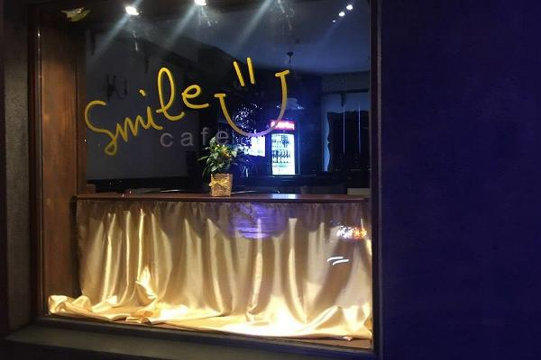 Smile Café, abendlicher Blick von außen
