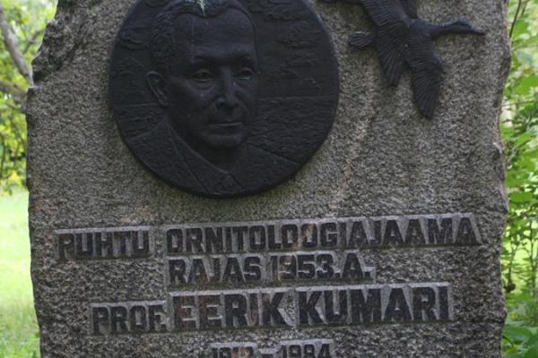 Kirbla astang ja professor Eerik Kumari mälestuskivi