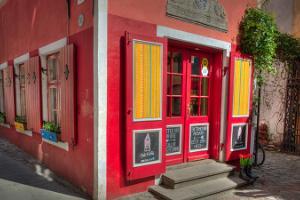 """Designmyymälä """"Oma Asi"""" (""""The Little Red House"""")"""