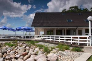 Café im Strandhaus Doberani am sandigen Strand Valgeranna