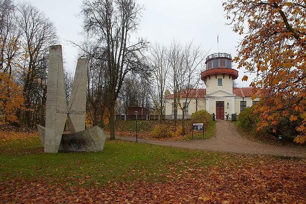 Die Tartuer Sternwarte und das Denkmal für den Struve-Bogen.