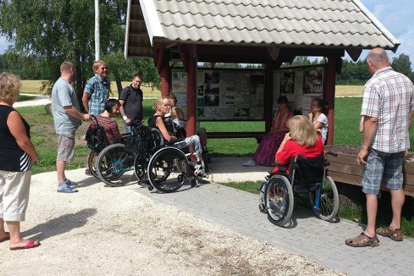 Retki metsäpuistossa pyörätuolipolulla