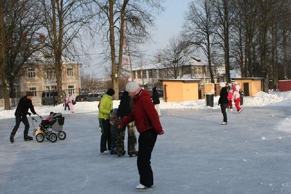 Tamme staadioni uisuväljak, igas vanuses uisutajad jääl