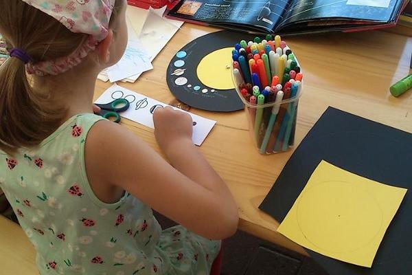 Unterrichtsprogramme für Kinder der Tartuer Sternwarte, ein Kind zeichnet Planeten.