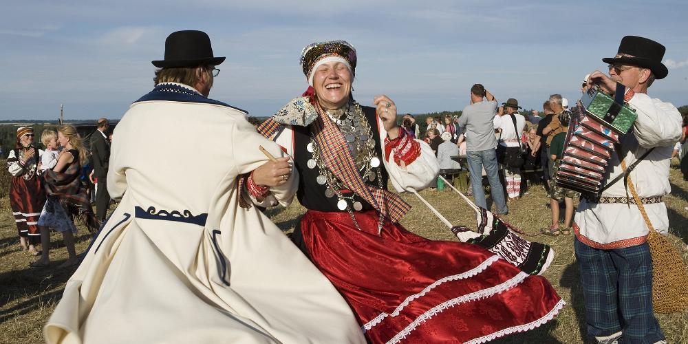 До сих пор на эстонских праздниках можно увидеть множество людей в народных костюмах.