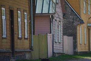 Suppenstadt – eine milieuwerte Holzstadt, alte, bunte, nebeneinander gelegene Häuser
