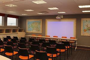 Fama-keskuksen konferenssisali