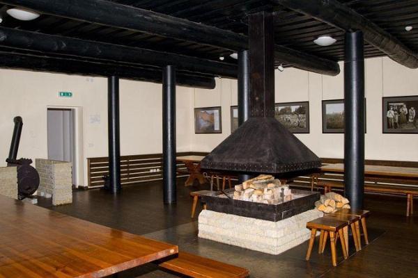 Каминный зал в доме природы RMK в Ояээрсе