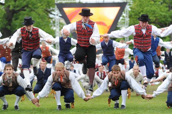 Virolainen kansantanssi. Kansallinen tanssiopetus