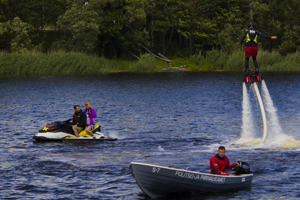 Brauciens ar flyboard dēli uz Pērnavas upes
