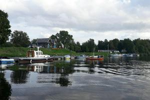 Fishing Village båtuthyrning på stranden av ån Sauga. Kom och fiska eller ta bara en nöjestur!