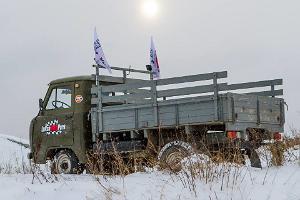 Fahrt mit einem UAZ Geländewagen auf einem Parcours in LaitseRallyPark