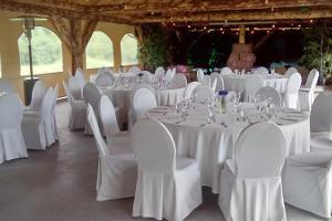 Летний зал Kuuse в деревне отдыха Лаукатагузе в бревенчатом стиле