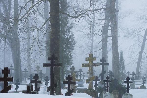 Vecticībnieku kapsēta sniegotā ziemā