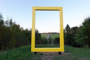 Urvaste kyrka genom National Geographics gula fönster