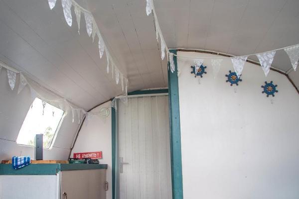 Erlebnisübernachtung im Saunaboot auf dem Peipussee, das Innere des Saunaboots ist nostalgisch gemütlich