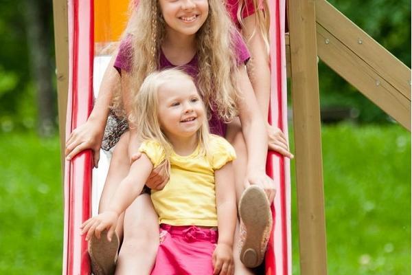 Toomemäe park ja mänguväljak: Tüdrukud liugu laskmas
