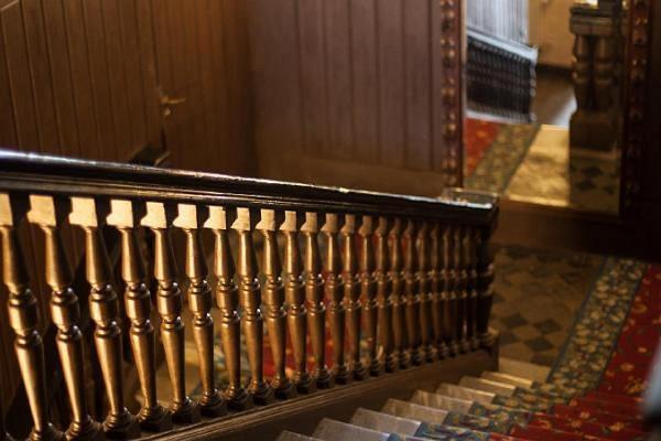 Dunkle, hölzerne Treppe im Herrenhaus Alatskivi