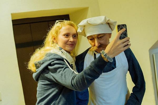 Das Museum im Herrenhaus Alatskivi und ein Besucher macht ein Selfie
