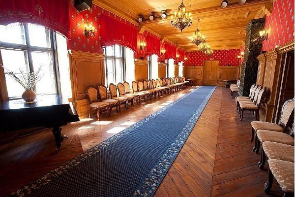 Die festlichen Seminarräume im Herrenhaus Alatskivi mit schönen Lüstern und stilvollen Stühlen